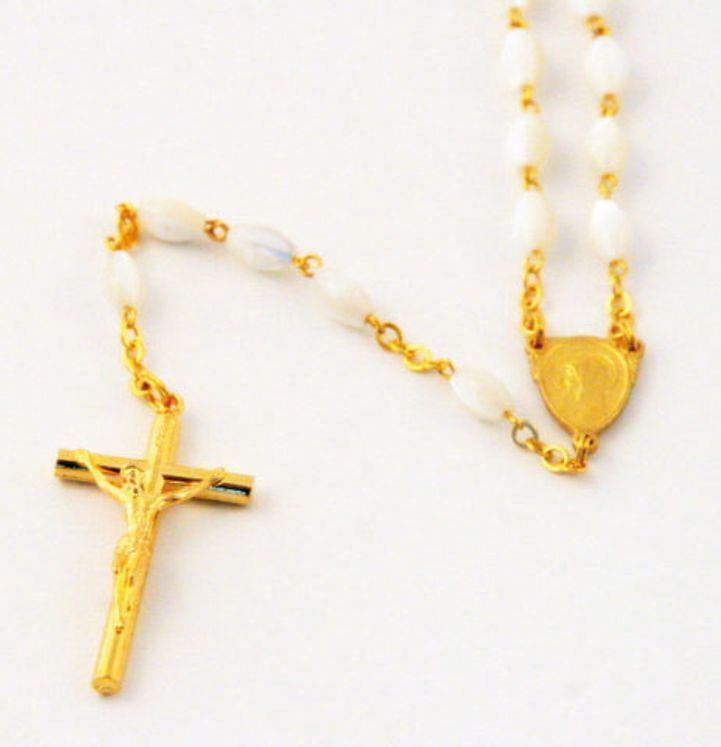 Chapelet sur chaine dorée, perle en nacre véritable ovale de 5 x 7 mm
